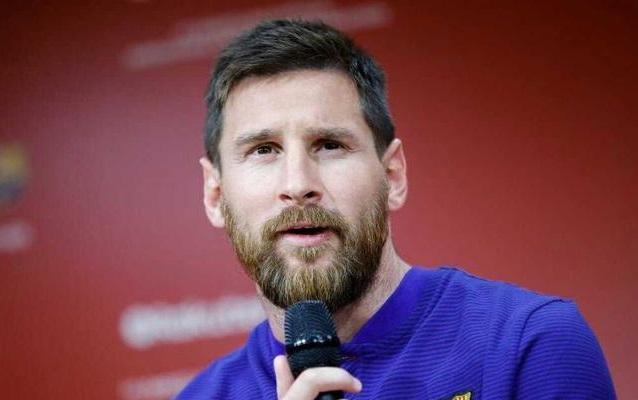 ¡El salario anual más alto de la historia! Para seguir siendo Messi, el Barcelona le dio 150 millones de euros en 3 años.